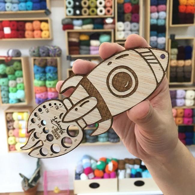 Calibrador de agujas Lalanalú en forma de cohete