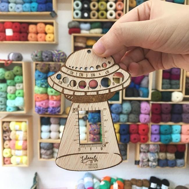 Calibrador de agujas Lalanalú en forma de nave espacial